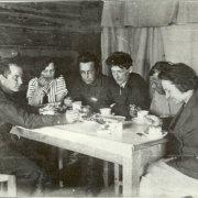 Геологи за чаепитием  на базе экспедиции Дальстроя.