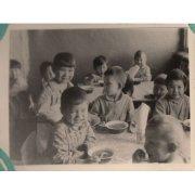 Фотография. Дети во время обеда